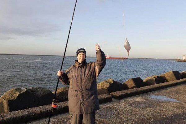 Stefan en Matthijs, vissen aan de Noordpier