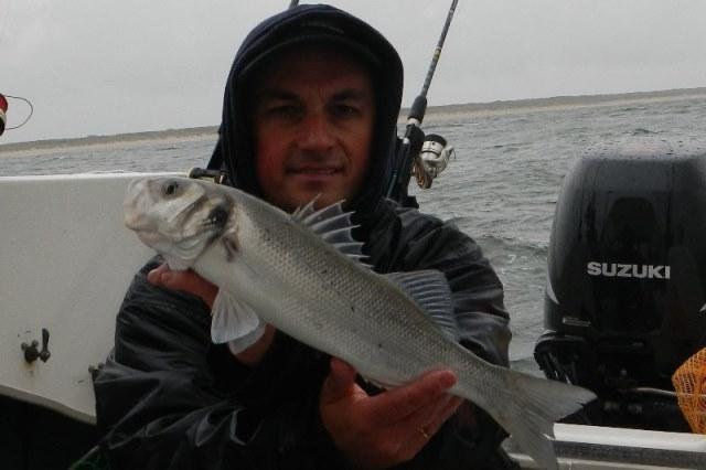 De eerste baars voor Nico De kleine bootvisser