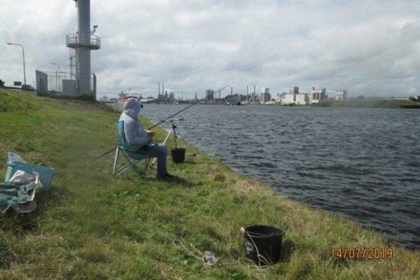 Henk en Theo, vissen aan NZK en Botlek