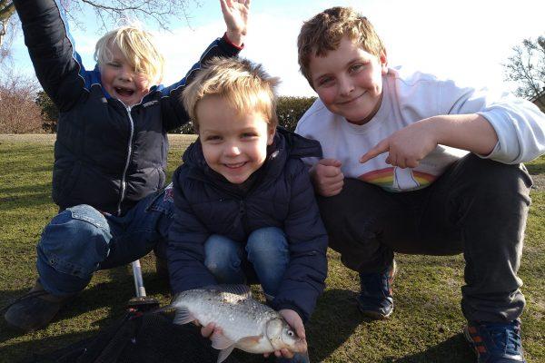 Jeff en zijn jonge vissers, vissen erop los